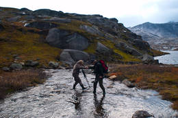 Greit med hjelp når elver skal vasses - Foto: Kjell Fredriksen
