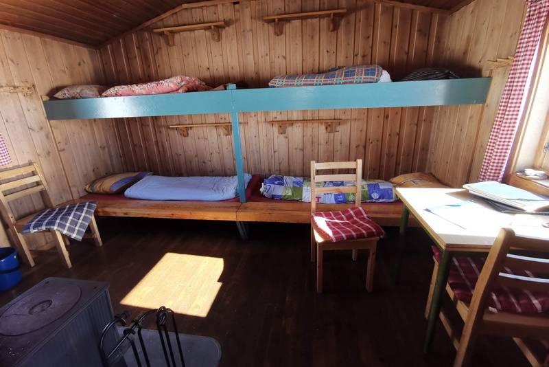 Lillehytta har to køyesenger, vedovn og kjøkken i gangen