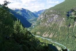 Ferdig med stigninga opp ved Hjellefossen gir finfin utsikt ned Utladalen til Øvre Årdal. - Foto: Katrine Clausen Fredheim