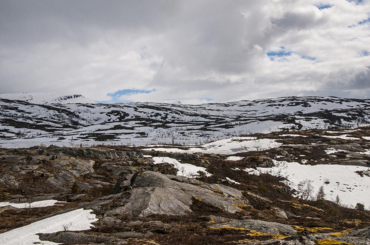 Tennvatnet ligger med is nå i slutten av mai.
