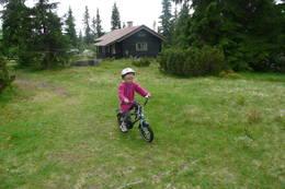 16. juli 2012; Ella Michaela Sylte (4 1/2) skal på sykkeltur. Kittilbua i Gausdal.  - Foto: Siv-Iren Moe