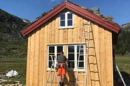 Kvanndalen får nå snart 1898 look. meld deg på og bli med på dugnad og bytt kledning på hytta. Her er det Trond Vigre fra Dugnadsgjengen