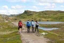 Tur til Selhamar turisthytte i St¿lsheimen fra Vikafjellet. - Foto: Torill Refsdal Aase