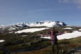 Utsikt mot Hurrungane og Fannaråka fra en kolle like nord for Sognefjellshytta. - Foto: Frederik Emil