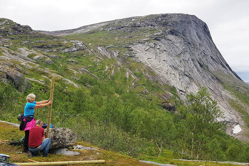 Merkepålen ovenfor skoggrensa settes opp.