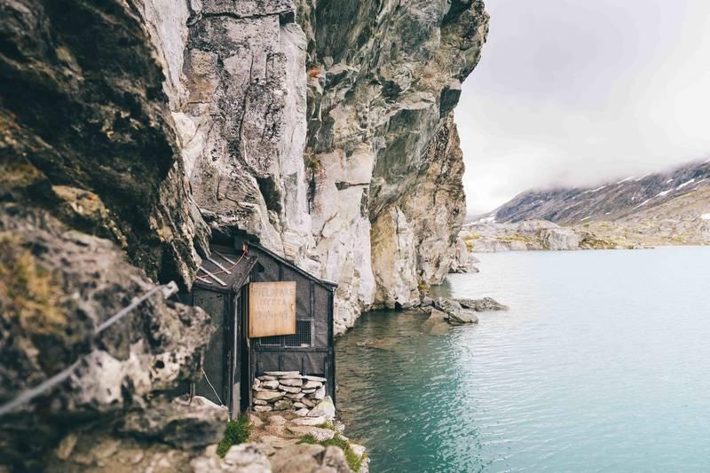 Fieldfarehytta er en tro kopi av krigskvarteret som Kompani Linge- offiserene og Ålesund-Sunnmøre Turistforening-medlemmene Joachim Rønneberg, Birger Strømsheim og Olav Aarsæther bygde våren 1944, og hvor de tilbrakte det siste krigsåret.