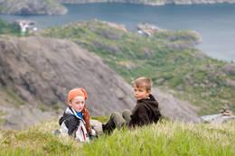 Bildet er tatt av to spreke karer, Simon og Mikkel, henholdsvis 10 og 8 år. Her er de på vei opp på Mosestind i Nusfjord i Lofoten. Fra 0 til 780 mho.  -  Foto: Mona Halstensen