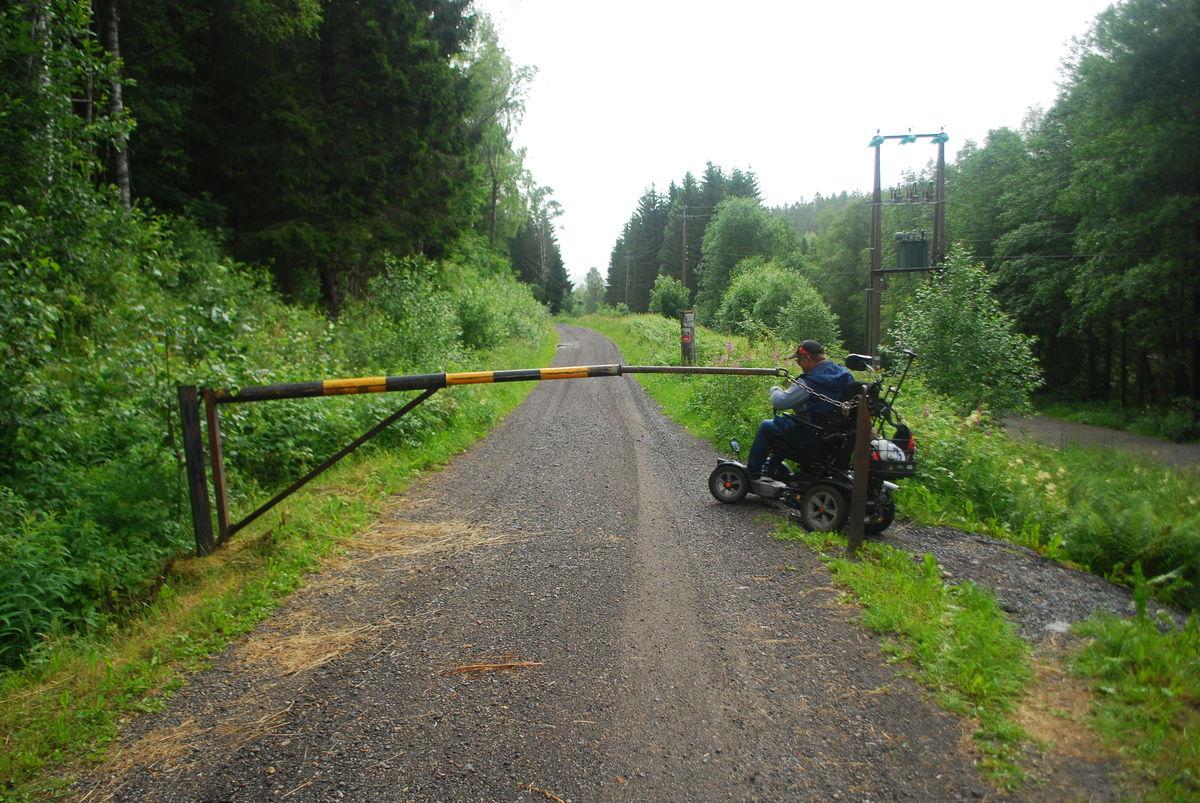 Hvis man ønsker å gå videre fra Mønevann til Fiskelaushytta, er det mulig med rullestol (for de tøffeste). Den største utfordringen er å komme forbi bommen rett etter Mønevann. Der er det noe trangt å komme seg forbi, som vist på bildet.
