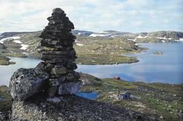 Varden i forgrunnen ble satt opp av Thv. Heiberg for å utrydde rovfuglbestanden. I bakgrunnen Hovatnet - Foto: Stavanger Turistforening