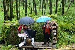 Siri Torjesen og Espen Leite i lett regn. - Foto: Ragna Henden