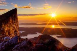 Solnedgang: Per Karlsatinden er den spisseste av toppene i Børvasstindan. -  Foto: Karl Gustav Lange