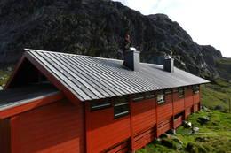 Langavatn får ny takhatt og maling sommeren 2015 av Fadderlaget 60+ -  Foto: Hans Gornizka
