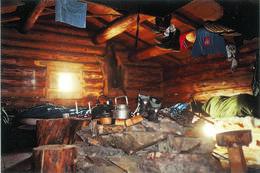 Hyttene i Barnas Naturverden har åpent ildsted. - Foto: Øystein Nytrø