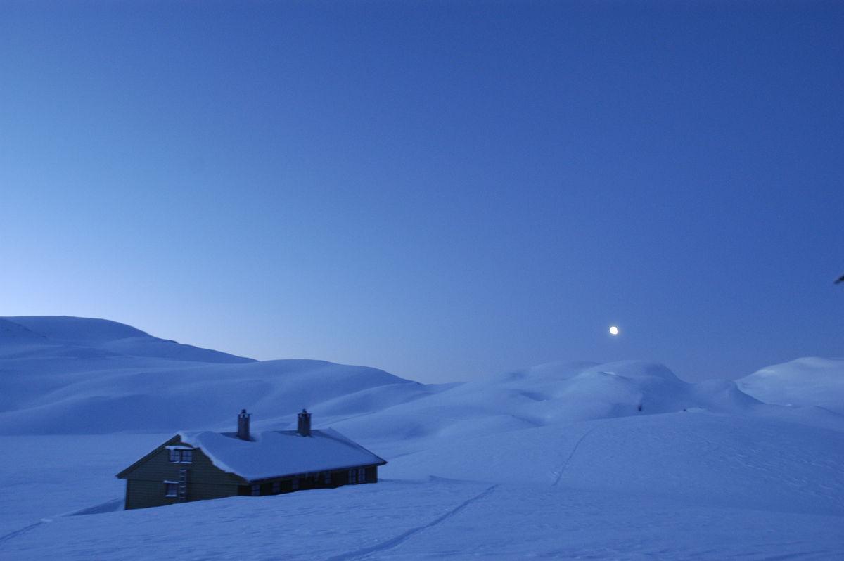 Måneskinn over Selhamar i februar.