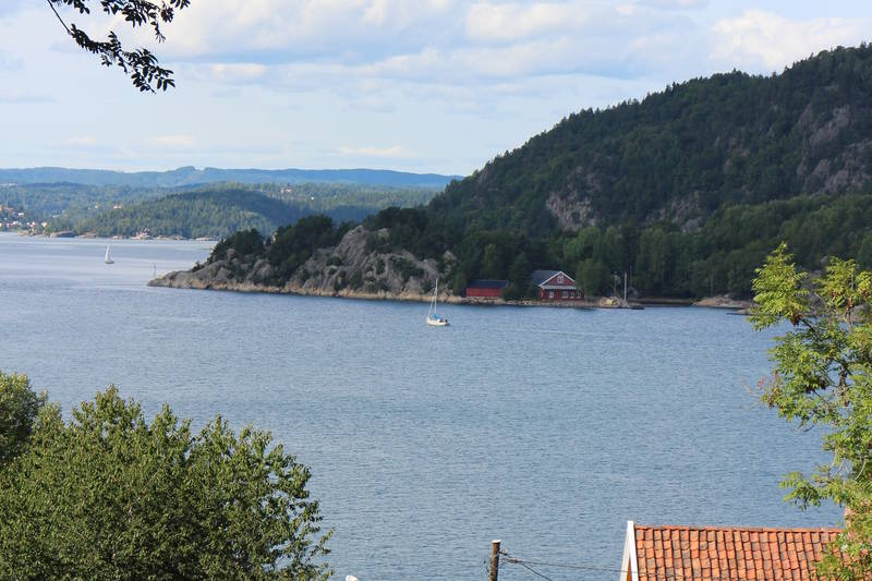 Lottehytta er et av de gamle byuggene som står igjen etter forsvarsvirksomhet på denne siden av fjorden. Håøya ligger rett frem.