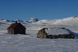 Steinbu og sikringsbuen ved Hadlaskard. - Foto: Karl H. Olsen