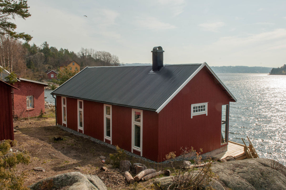 Jacobinebua og Befalsboligen på andre siden av bukta på Bergholmen er kystledhytter og kan leies gjennom Oslofjordens Friluftsråd. Mens du bor her kan du gå stirunden på øya og oppleve alle kulturminnene her.