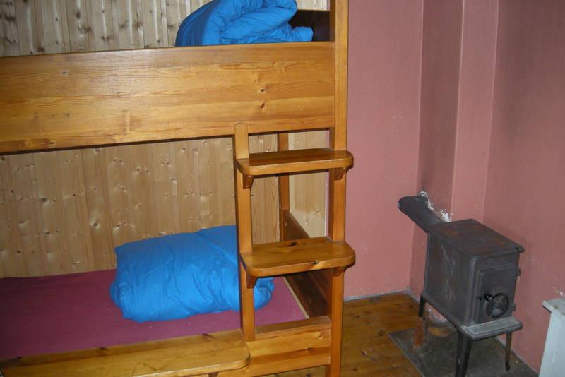 Det er to soverom med 4 senger i hver (ett av disse rommene har hundebur for firbente turvenner)