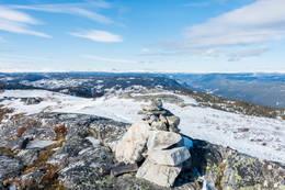 Den vesle varden på toppen av Sjåfunatten -  Foto: Lars Storheim