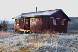 Høsten har strødd melis over hytta og området rundt. - Foto: Bodø og Omegns Turistforening
