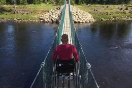 Hengebrua med smal rullestol med aktivitetshjul i front - Foto: