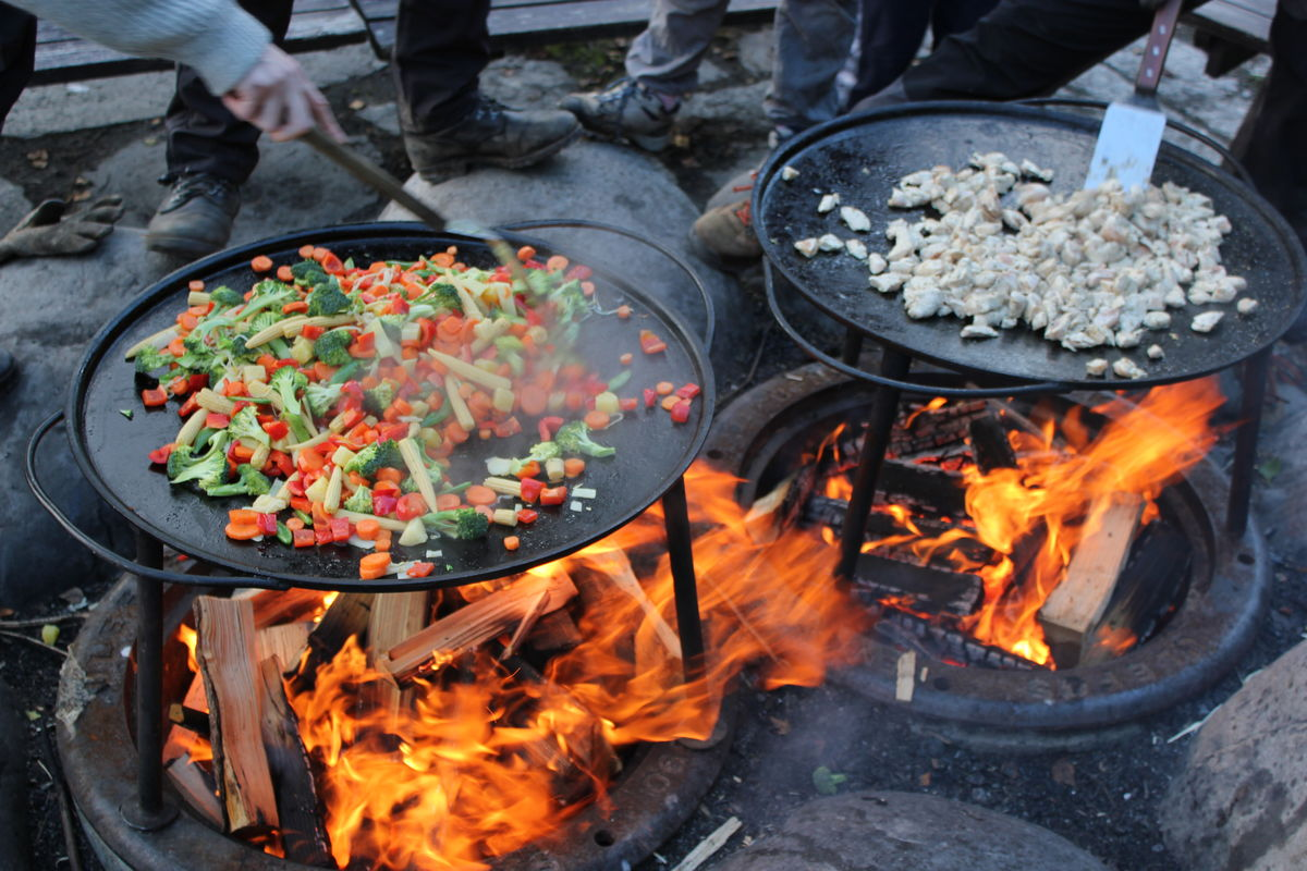 Matlaging på bål er en viktig aktivitet på Sæteren.