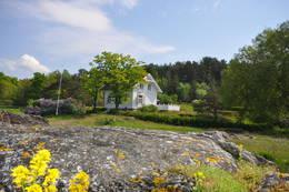 Hytta ligger et lite steinkast fra sjøen - Foto: Janet Bydal