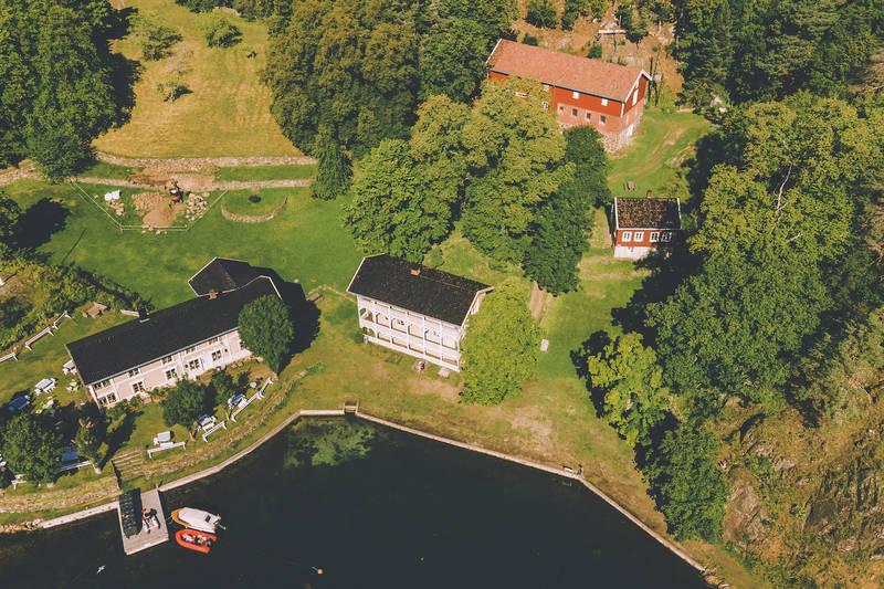 Hovdehuset med restaurant, forpakter boligen til høyre i bildet
