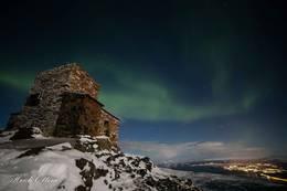 Nordlysobservatoriet i nordlys - Foto: Heidi Ottem