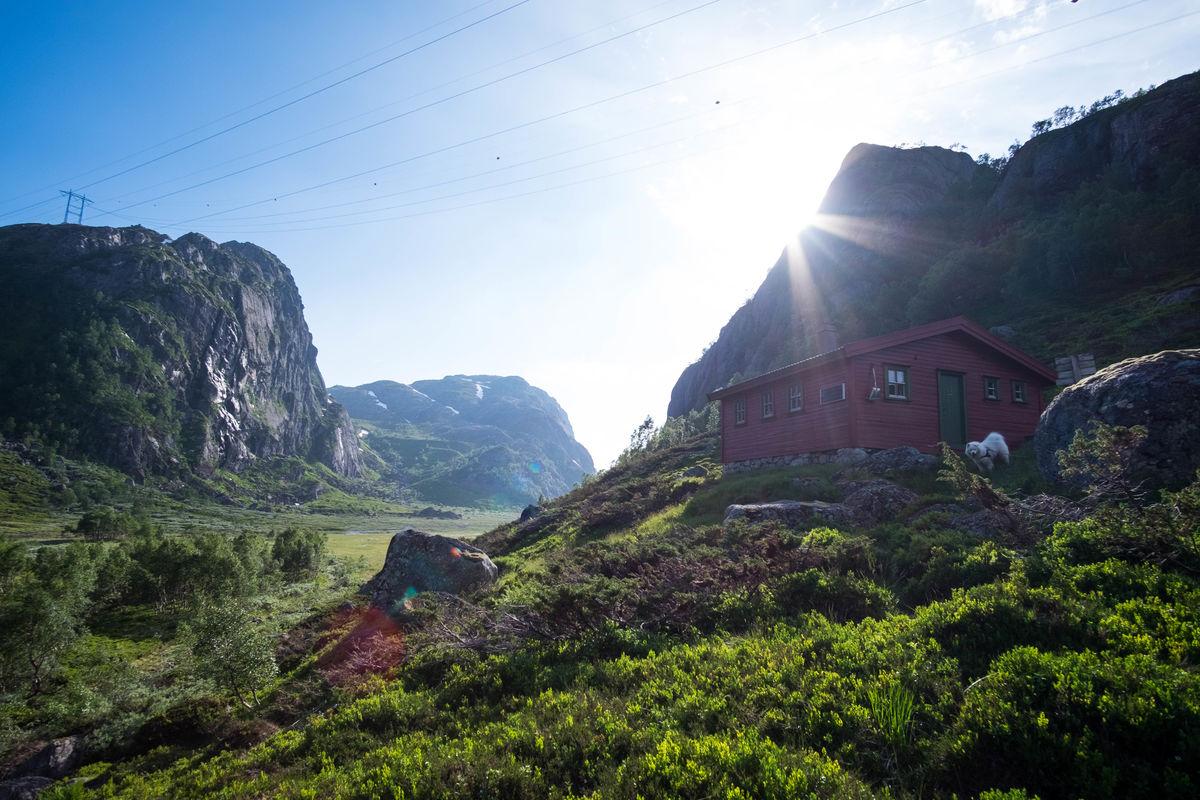 Vest for hytta ligger den bratte og ufremkommelige Norddalen. Denne dalen strekker seg helt ned til Tengesdal og etter hvert også Trodla-Tysdal. Inngangen til Norddalen skimtes så vidt i bakgrunnen.