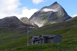 Patchellhytta med Slogen bak -  Foto: Karstein Ringstad