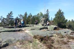 På toppen kan det være mye folk på fine dager - Foto: Steinar Skilhagen