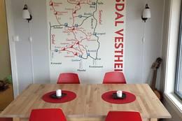 Stuen med kart på veggen - Foto: