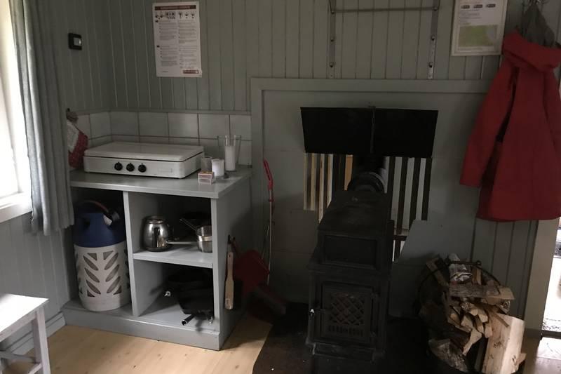 Røyrivannskoia er utstyrt med gassbluss til matlaging og vedovn til oppvarming.