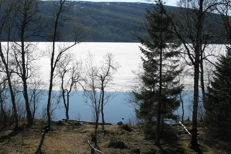 Utsikt fra Jægervashytta mot bålplassen og Jægervatnet