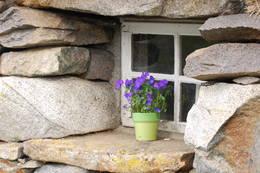 Kraftige steinvegger på Gjendinebua.  - Foto: Mari Kolbjørnsrud