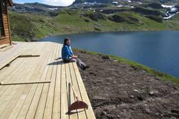 Verandaen på Sandvasshytta med utsikt til Sandvatnet. - Foto: Øystein Bjelland