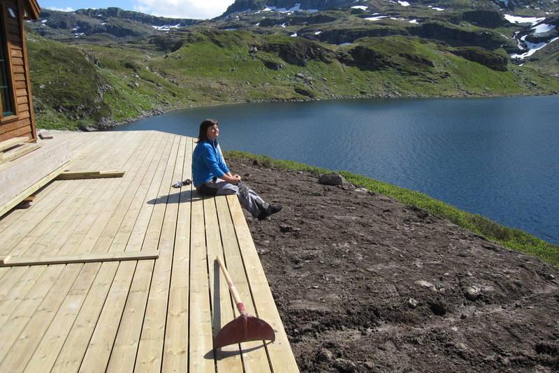 Verandaen på Sandvasshytta med utsikt til Sandvatnet.
