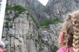 Sted: Fergen fra Preikestolen inn til Kjerag<br />Motiv: Maia står å ser opp på preikestolen hun dagen før satt på....og det ble et veldig spennende bilde sett gjennom barneøyne.... [lena@frknilsen.no, 41545683] - Foto: Lena Nilsen