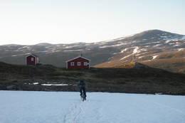 Røde Kors hytta ligger på toppen av Svarthammeren, før du fortsetter på kjerreveien videre innover Djupdalen. Denne syklisten er på vei ned til Tromsdalen fra Djupdalen. - Foto: Kirsten Buck Rustad