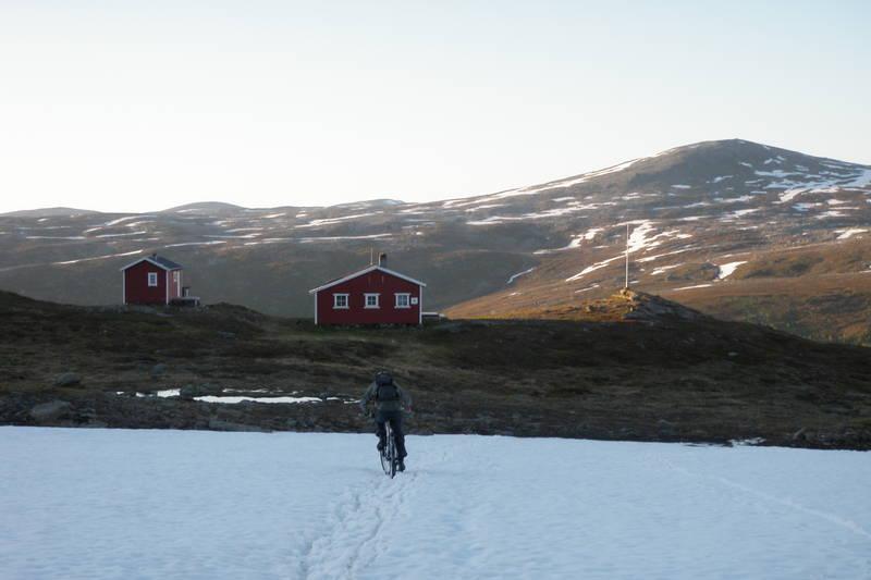 Røde Kors hytta ligger på toppen av Svarthammeren, før du fortsetter på kjerreveien videre innover Djupdalen. Denne syklisten er på vei ned til Tromsdalen fra Djupdalen.