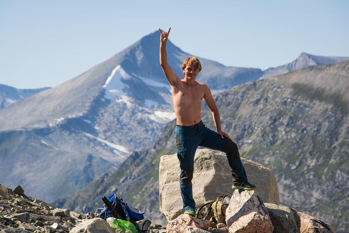 Sebastian Mathisen poserer i fjellet ovenfor Hoemsbu