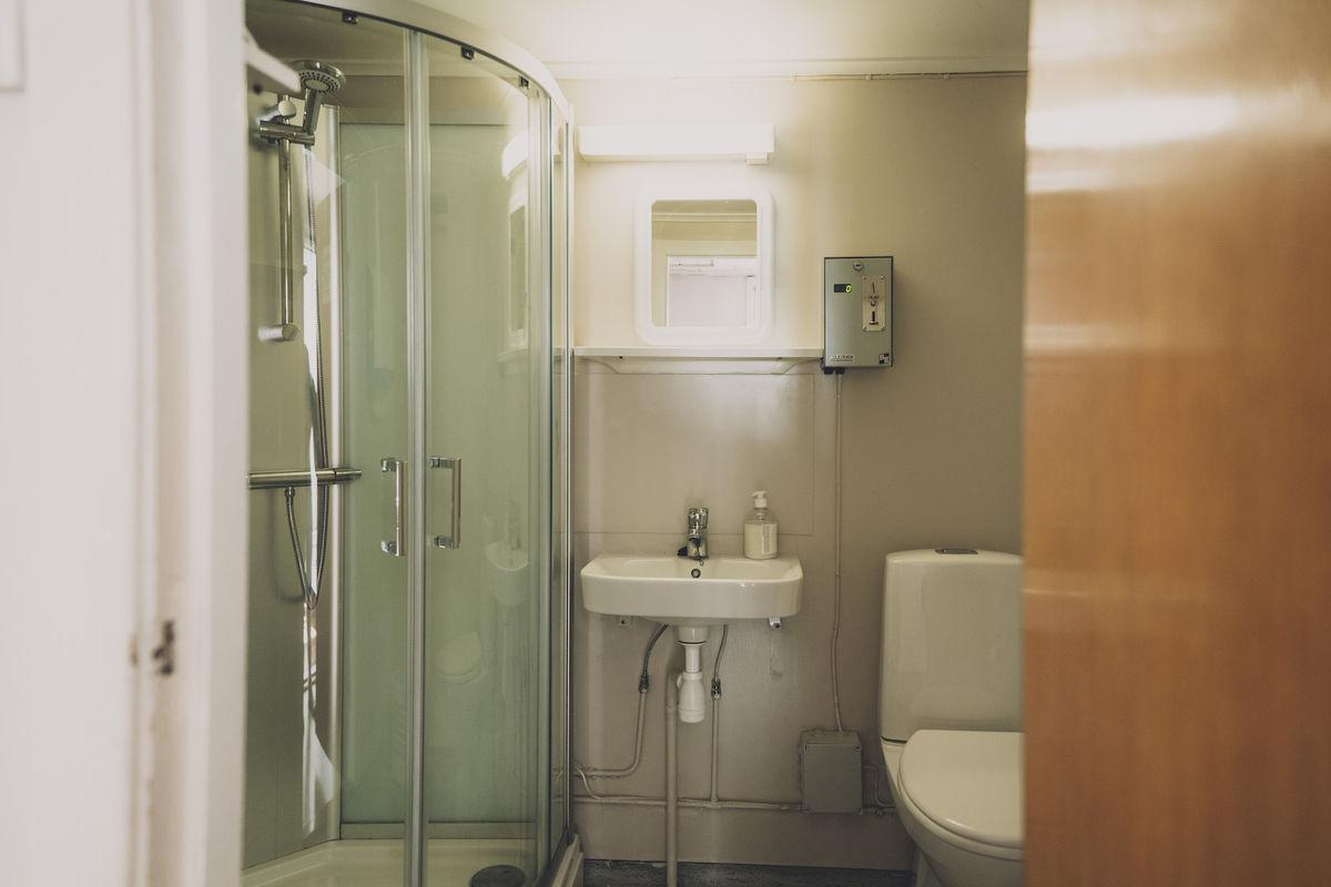 Hytta har fullt utstyrt bad