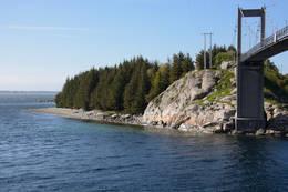 Rullesteinsstranden i Vestrefjæra ligger nede til venstre, rett etter at du har passert Herdlabroen. -  Foto: Ellen Viste