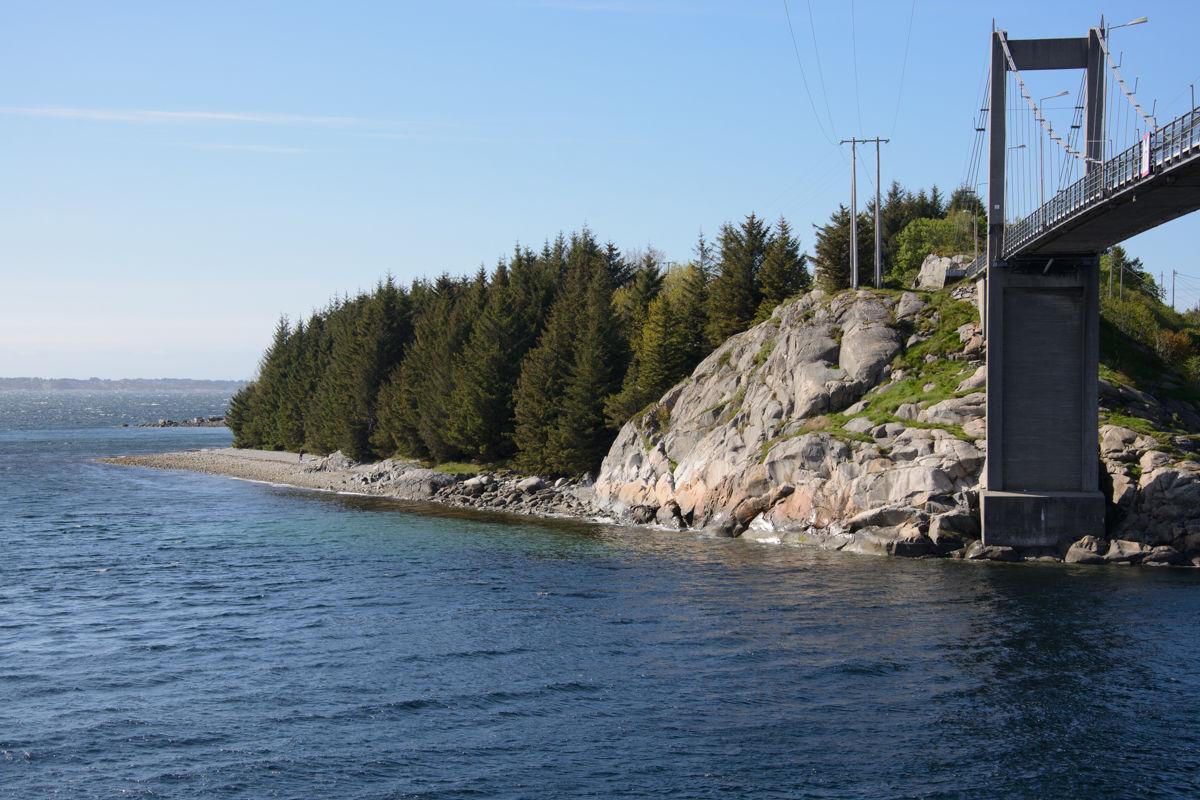 Rullesteinsstranden i Vestrefjæra ligger nede til venstre, rett etter at du har passert Herdlabroen.