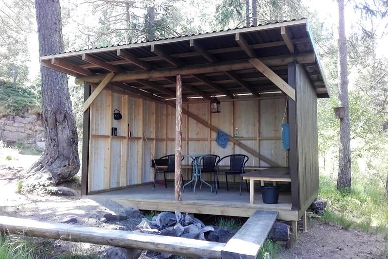 Inni gapahuken er det både stoler, bord og en plassbygd benk.