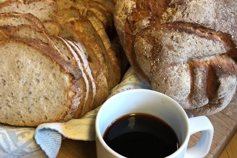 Deilig hjemmebakt surdeigsbrød  og rykende fersk kaffe til frokost