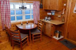 Kjøkken og spisekrok i hovedhytta - Foto: