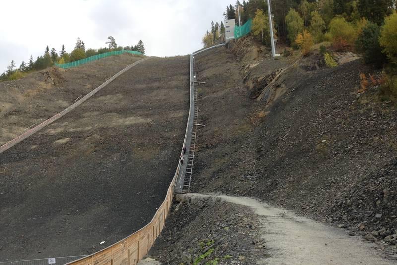 Trappene går på høyre side av hoppbakken, og for dem med høydeskrekk er det en trøst at de ligger på bakkenivå.
