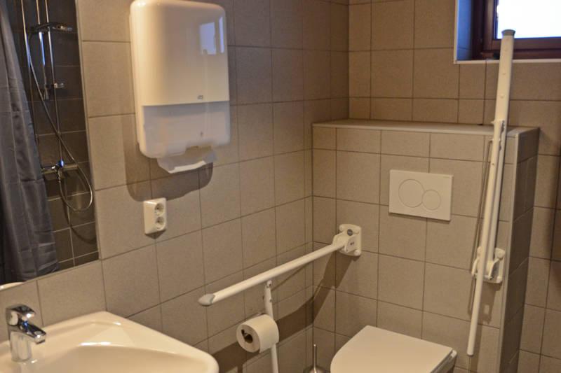 Handicap-toalett med egen dusj